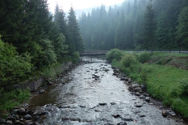 Der Fluß rinnt direckt am Platz vorbei