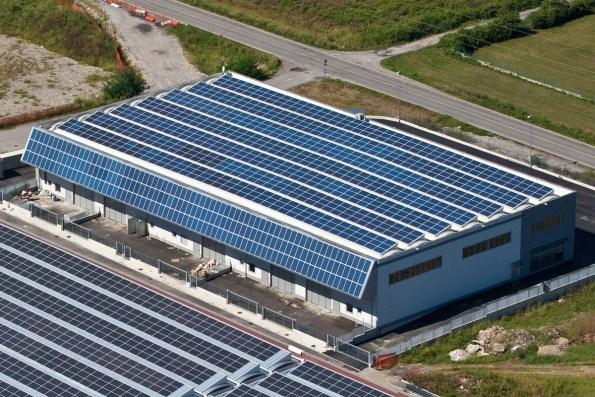 fotografie ripresa aerea azienda con fotovoltaico pannelli solari