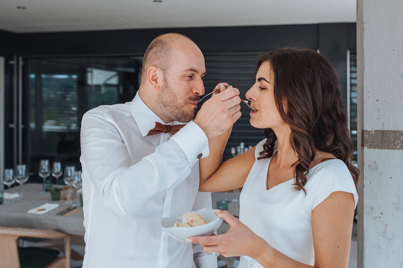Hochzeitstorte füttern