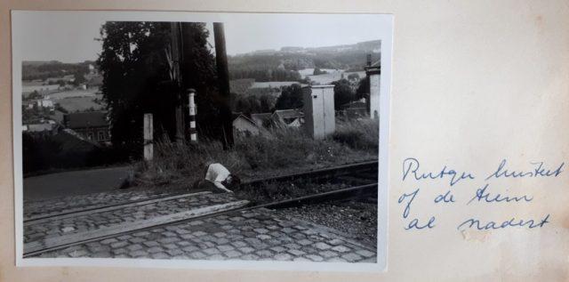 Foto uit plakboek van Rutger luisterend aan de spoorrails