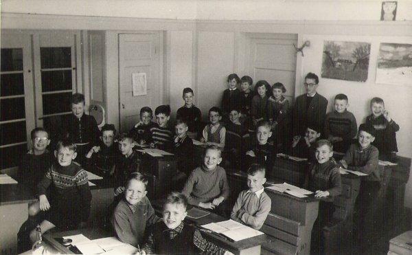 Klassenfoto met Cornets de Groot als onderwijzer aan de ir. Lelyschool op de Ketelstraat in Den Haag.