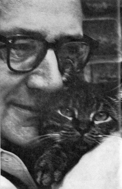 Foto van Vestdijk met kat tegen wang