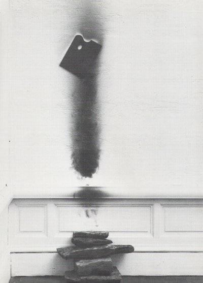 Yannis Kounellis, 'Zonder titel', 1980. 260 x 66 x 35 cm, natuursteen, palet, sporen van vuurhaard.