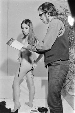 Met een model voor een fotosessie rond stripteaseuse Rita Renoir, 1968.