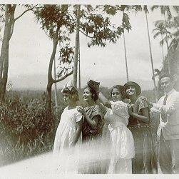 Ciel (2e van links) bij waterval Tjianten