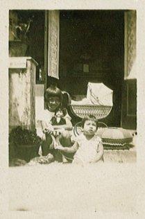 Maud, Loes, in wieg Rudy? Onderschrift: '29 April '29'