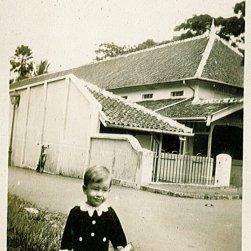 Rudy, 1932. Onderschrift: 'Bij Oma en Opa te Buitenzorg'