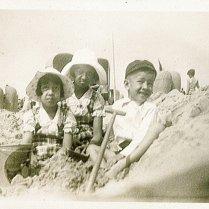 Loes, Maud, Rudy tijdens verlofjaar (1935). Onderschrift: 'Scheveningen'