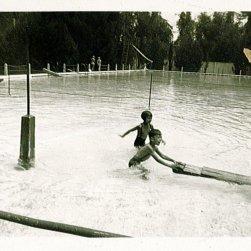 Loes en Rudy. Onderschrift: 'In 't Zwembad te Fort de Kock'