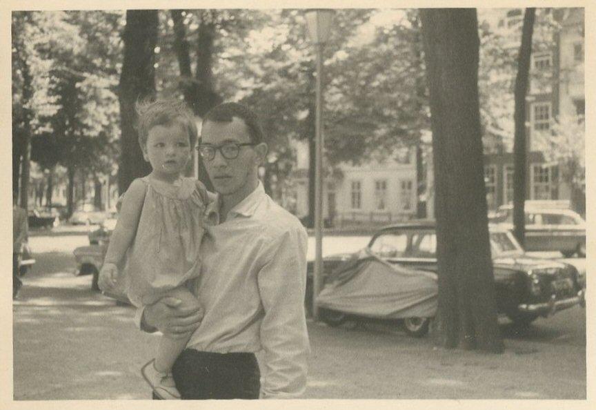 """""""Pappa met baard"""". Met Andrea op het Voorhout, eind juli 1959."""