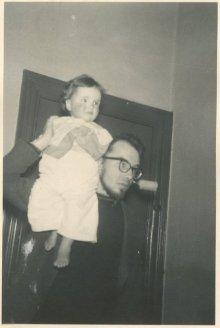 """""""19-1-1961, Saskia op Ru's schouder. Ze moet naar bed."""""""