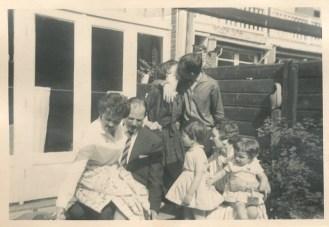 "Serie van vier foto's met tante Mia en oom Cor op de verjaardag van oma Bruynzeel, 11 juni 1961. ""Hoe gek we deden"""