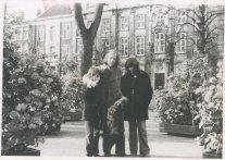 "Met Rutger, Andrea en Laika. ""6 november 1971. Najaarsfoto's op het Voorhout."""
