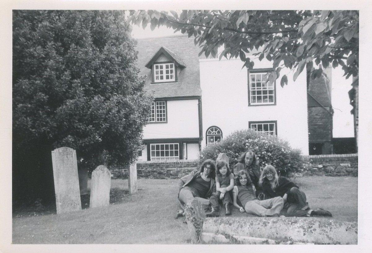 """Op vakantie in Engeland, 1972, met nichtje Nanette (rechts). """"Rye, aan zuidkust. Kerkhof, waar we brood aten"""""""