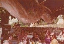 """In Bergerac tijdens de vakantie in de Dordogne, juli 1974. """"Met Guus, Carrie en Meta bij 't kasteel Beynac"""""""