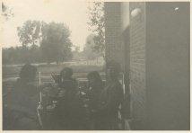 """Vakantie 3 juli - 22 juli 1969, Grimbergen, België. """"Buiten eten. Links zit oom Dirk!"""""""