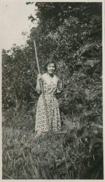 """""""Cieleke in de tuin met het hoge gras. Met hark? en boek?"""""""
