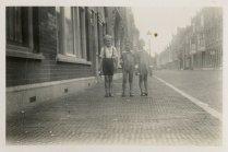 """Verlofjaar 1935 in Den Haag. """"De Buys Ballotstraat met Chris Camfermann."""""""