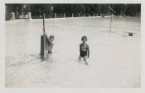 Rudy en Loes in het zwembad van Fort de Kock, 1935