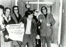 Vlnr Yvonne Keuls, Cornets de Groot, onbekend, Hans Dütting, Mies Bouhuys, Heere Heeresma, tijdens het schrijversprotest bij de bibliotheek van Den Haag, 1970