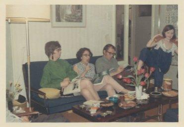 """Met Willy, Loes en Andrea in het huis van zijn ouders. """"Steenvoordelaan 181, R'wijk, ± 3 jaar geleden. 1968?"""""""