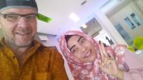 Met de receptioniste van het hotel in Palembang, een lieve schat die me goed hielp.