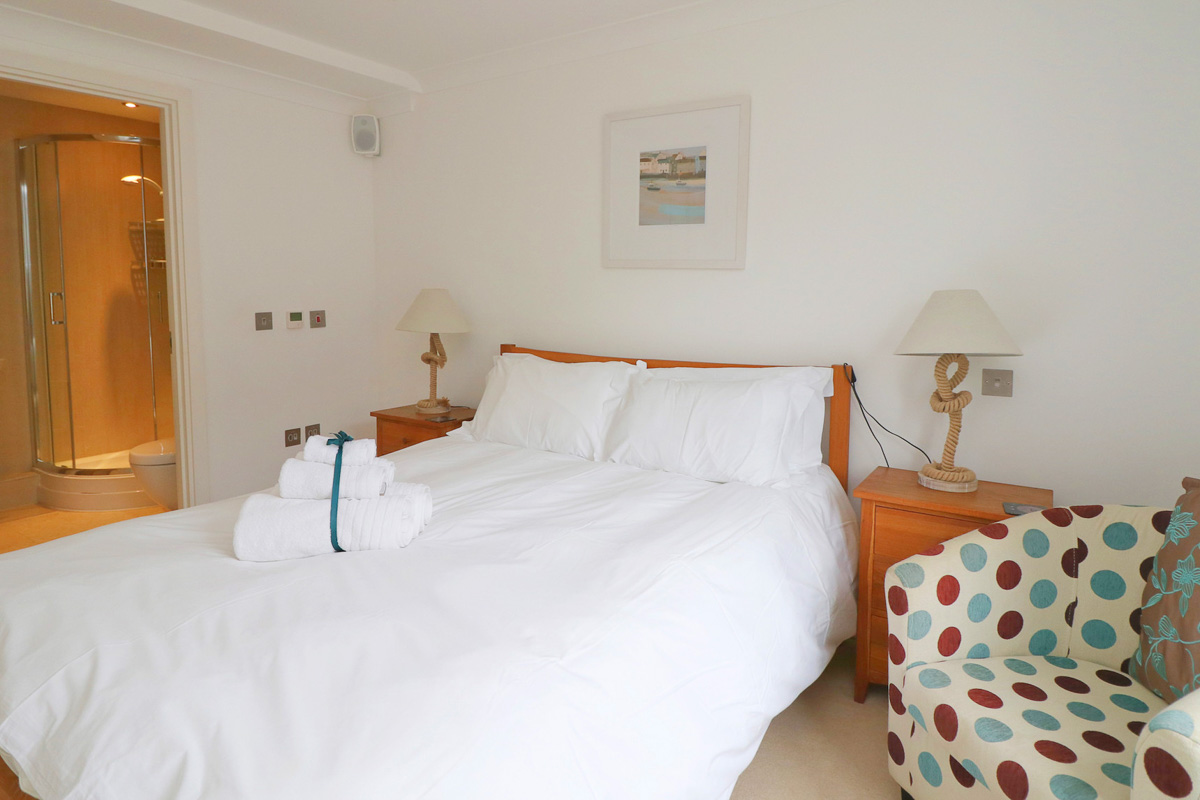 Foxcove Ocean Blue holiday apartment double bedroom