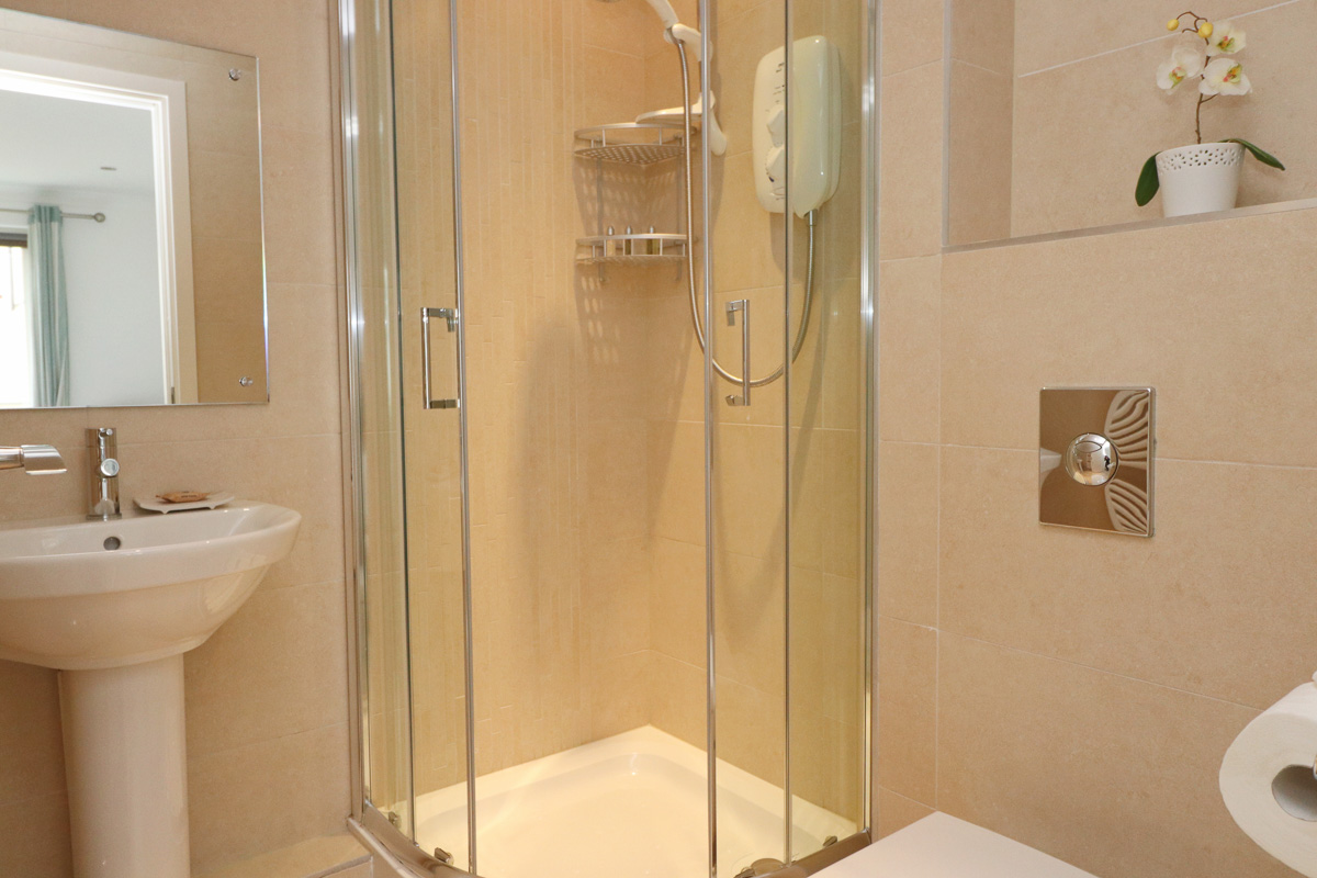 Foxcove Ocean Blue holiday apartment shower room