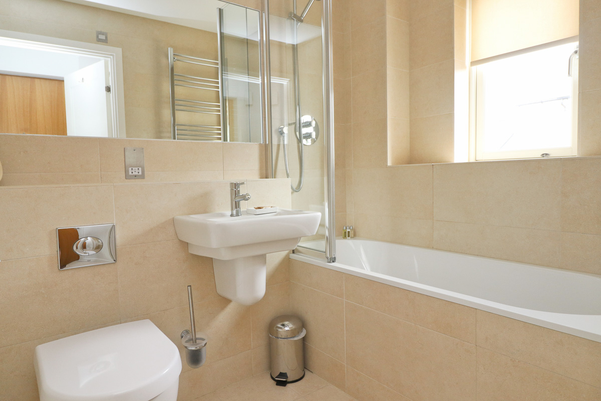 Pendarves Ocean Blue holiday apartment bath