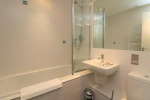 Bedruthan Holiday Cottage bathroom