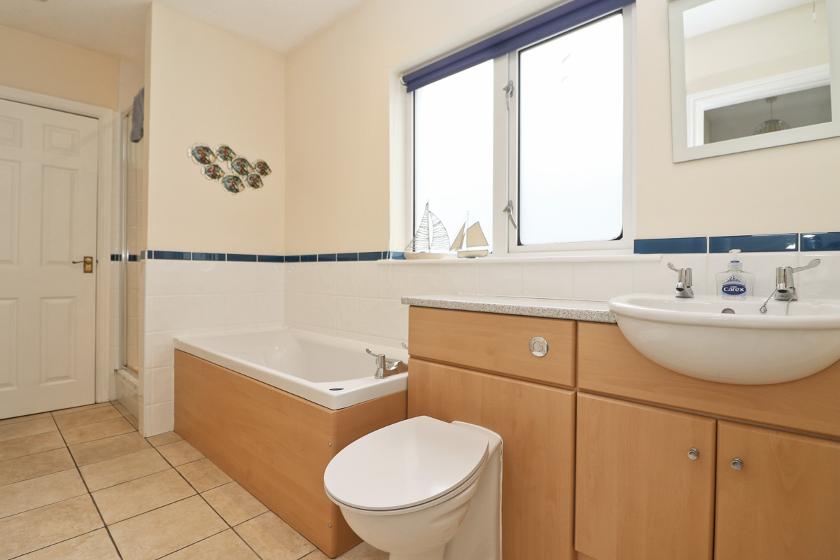 holiday flat in central Padstow Cornwall bathroom