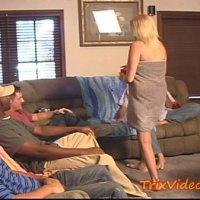 Loira gostosa fazendo boquete pra amigos do marido