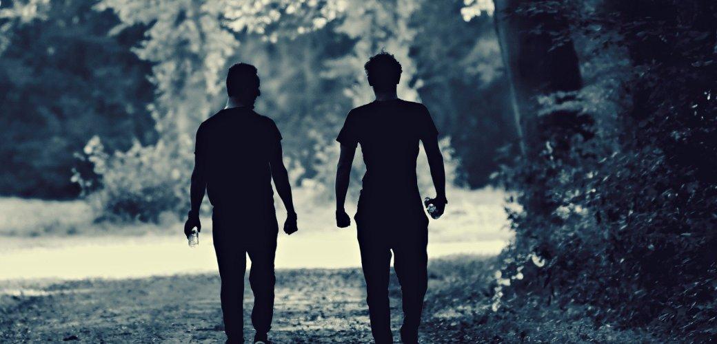 twee mensen wandelend buiten