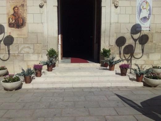 01-boda-rociera-castro-del-rio-coro-rociero-la-borriquita-decoracion-puerta-iglesia