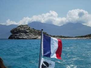 la-bandiera-francese-sventola-sul-mare-corso