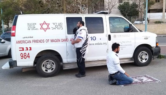 COVID-19: Muslim and Jewish paramedics in Israel pause to pray together
