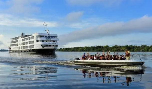 Navio luxo percorre os rios da selva amazônica