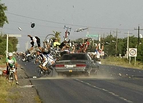 Uno scatto drammatico, ma a suo modo eccezionale nella sua tempestività. Il fotografo José Fidelino Vera Hernandez ha immortalato l'istante in cui una macchina travolge un gruppo di ciclisti che partecipava a una corsa nella città di Matamoros, nel Messico Settentrionale. Nell'incidente c'è stata un vittima, 14 i feriti (Ap Photo)