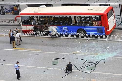Vittime e feriti dopo le esplosioni su tre autobus a Kunming, capoluogo della provincia dello Yunnan, Cina. Sale l'allarme a tre settimane dall'inizio delle Olimpiadi di Pechino (Reuters)