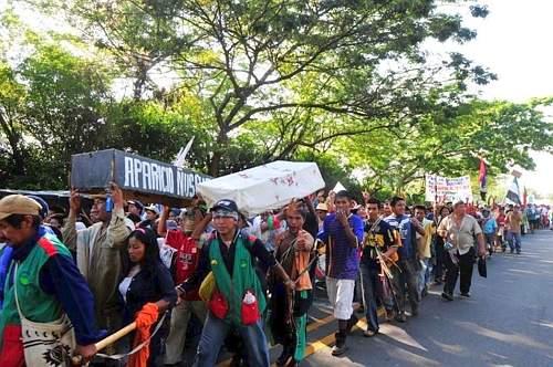 Un momento della marcia degli indigeni colombiani arrivati fino a Cali. Le bare di cartone rappresentano i morti degli ultimi giorni (Simone Bruno)