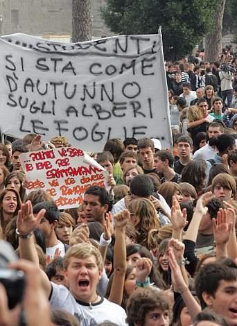 Studenti in corteo a Roma per protestare contro la politica del governo in materia di istruzione (Ansa)