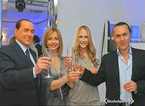 Silvio Berlusconi y Noemi Letizia en la fiesta de cumpleaños de la joven napolitano (www.corriere.it).