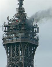 Corriere della Sera  Parigi fiamme sulla Torre Eiffel