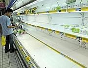 Vuoti i banconi del latte nei supermercati cinesi (Ap)