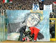 Uno striscione per ricordare Gabriele Sandri (Lapresse)
