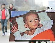 Un bambino nordcoreano denutrito in un'immagine esposta da un'associazione per i diritti umani a Seul (Ap)