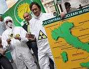 Angelo Bonelli con la mappa delle future centrali nucleari  italiane ipotizzate dai Verdi (LaPresse)