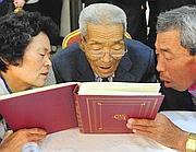 Un momento dell'incontro tra famiglie delle due Coree (Ap)