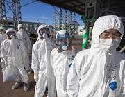 Controlli alla centrale di Fukushima (Reuters)