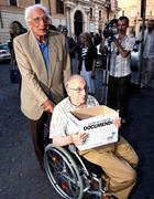 Marco Pannella e Giovanni Stanzani si presentano a Santi Apostoli per la consegna delle firme (Lapresse)